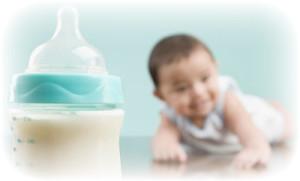 малыш и бутылочка