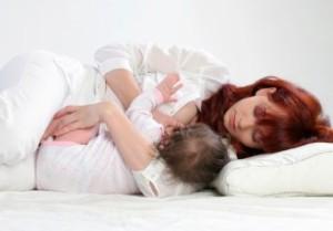 положение малыша при кормлении лежа