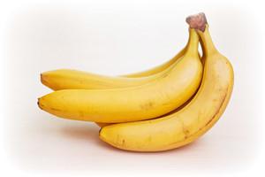 rebenku-mojno-davat-banan-2