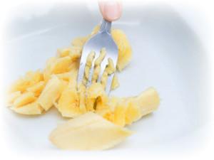 rebenku-mojno-davat-banan-4